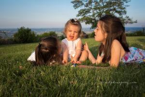 Complicité entre enfants lors d'une séance photo à Marcy