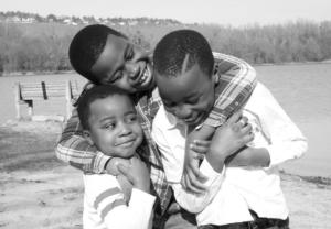Trois jeunes frères avec leur parents lors d'une séance photo fous rires avec Delphine Perez Photographe Enfant et Famille