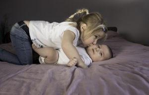 Amour et complicité frère et soeur lors d'une séance photo famille et enfant avec Delphine Perez