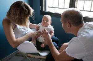 Famille, jeux et tendresse lors d'une séance photo avec Delphine Perez