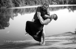 Jeune couple amoureux grossesse et fous rires en attendant bébé