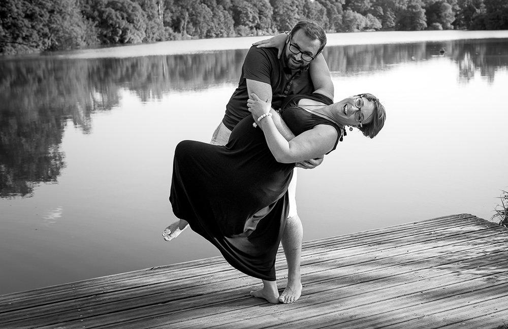 Jeune couple amoureux fous rires dans les bras l'un de l'autre en attendant bébé
