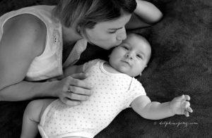 Maman et son nouveau-né, moment de complicité et d'amour lors d'un shooting photo en famille