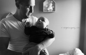 Père et fils, échange de regards, amour et complicité lors d'un shooting photo avec Delphine Perez Photographe