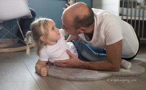 Tendresse et complicité père-fille lors d'un shooting photo en famille avec Delphine Perez Photographe