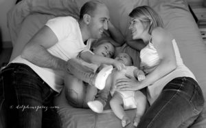 Complicité et rires en famille lors d'une séance photo avec Delphine Perez, photographe professionnelle à Marcy