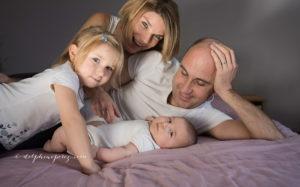 Enfants et Parents en famille lors d'une séance photo avec Delphine Perez, photographe professionnelle à Marcy