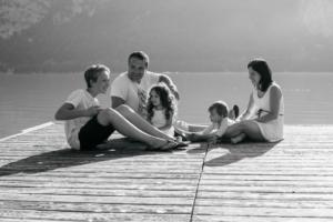 Rires en famille lors d'une séance photo avec Delphine Perez
