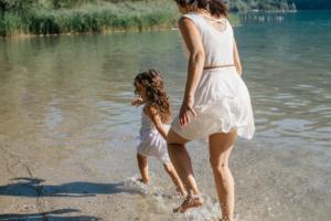 Bonheur mère et fille les pieds dans l'eau, séance photo Aiguebelette