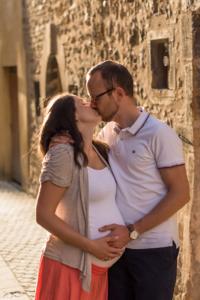 Jeune couple s'embrassant en attendant bébé.