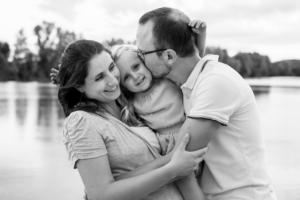 Famille heureuse lors d'une séance photo grossesse avec Delphine Perez.