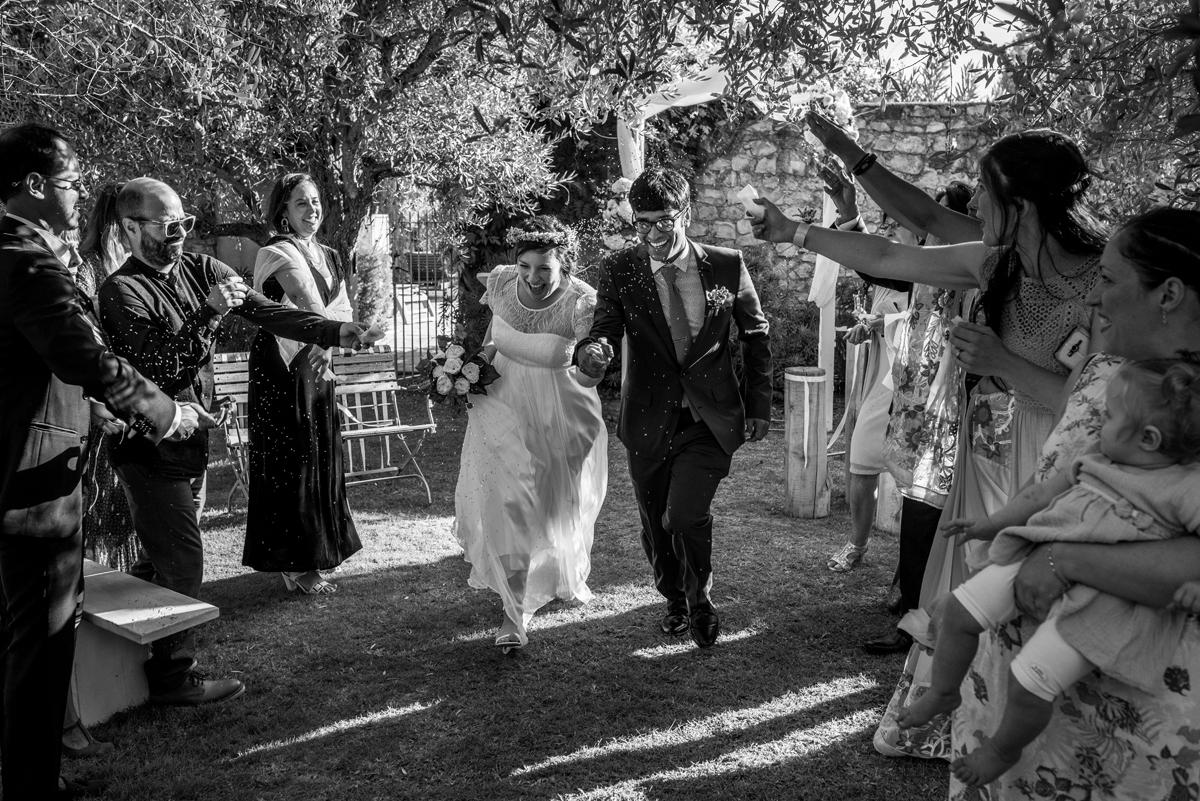 Photographe mariage Drôme Provençale, Jeunes Mariés heureux main dans la main