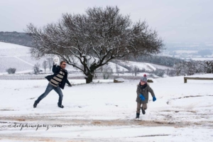 Séance photo famille lifestyle sous la neige dans le Beaujolais par Delphine Perez Photographe à Lyon