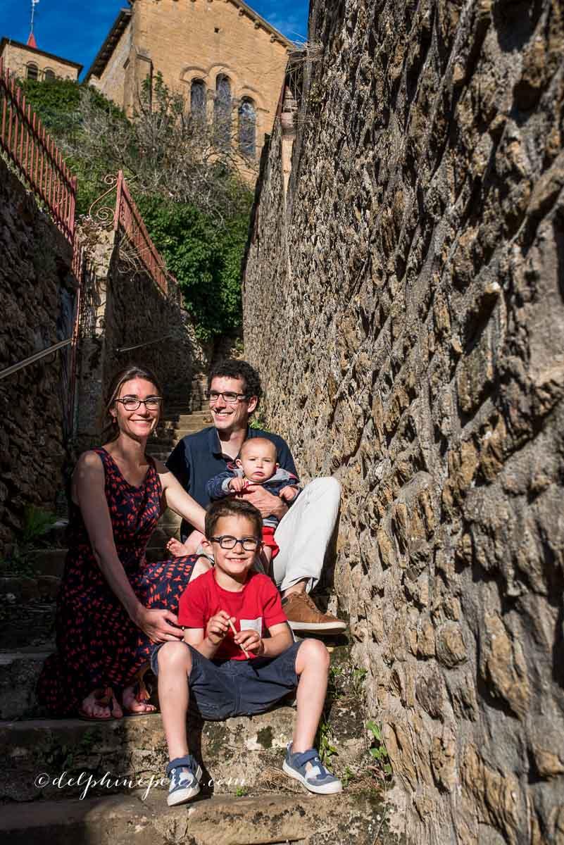 Parents et enfants lors d'une séance photo en extérieur.