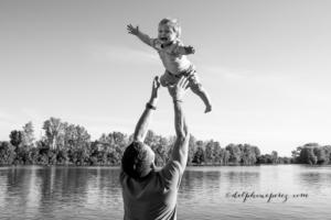 Rigolade entre un père et son jeune fils pendant séance photo famille Villefranche sur Saône