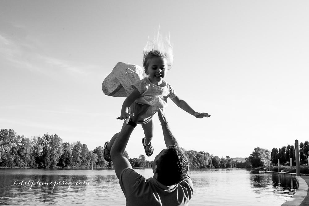 Papa riant et jouant avec sa fille, séance photo enfants Lyon