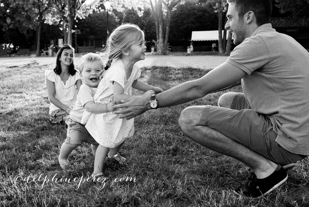 Rires en famille entre enfants et parents lors d'une séance photo lifestyle Lyon