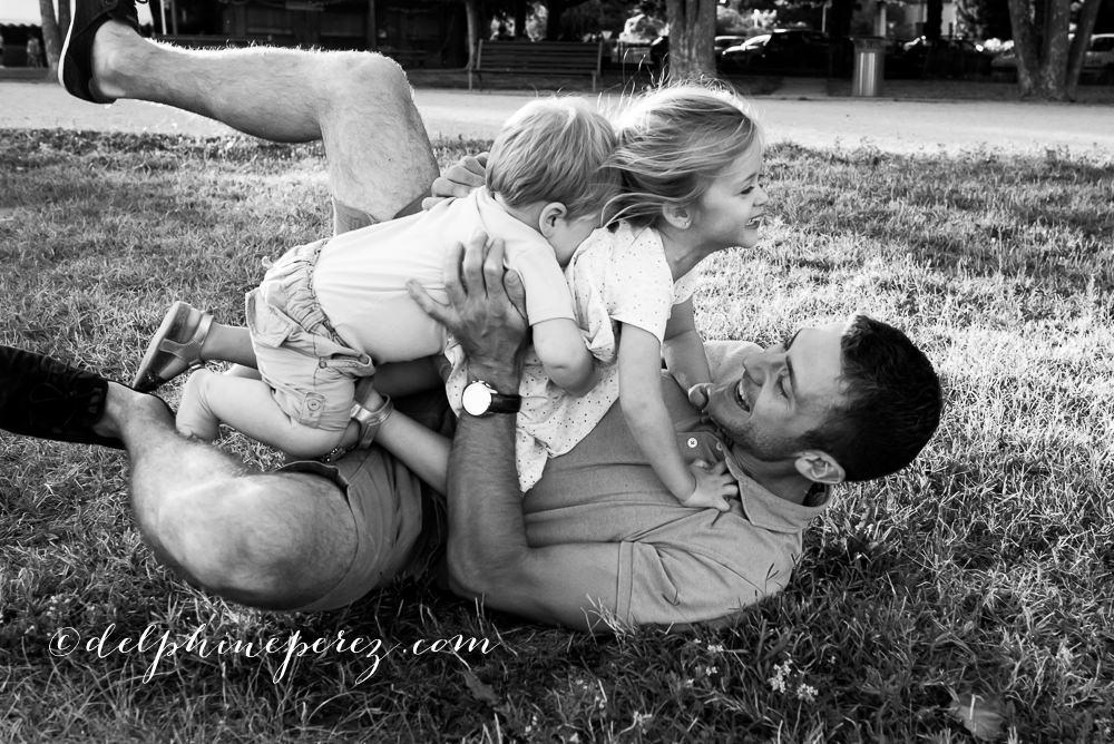 Père jouant avec ses enfants, fous rires avec photographe famille Trévoux