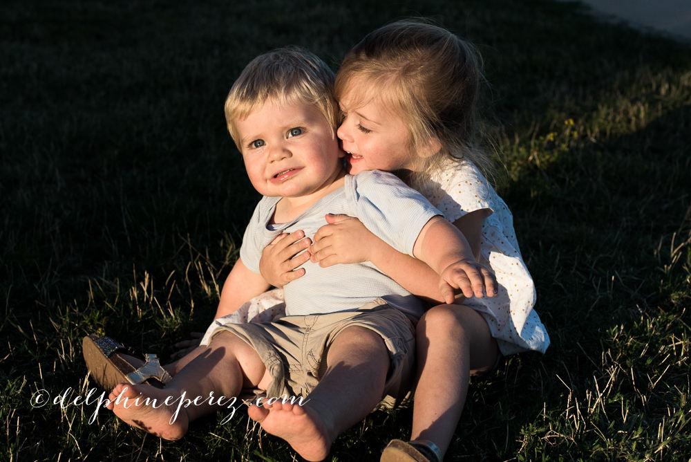 Petite fille embrasant son frère lors d'une séance photo famille Lyon