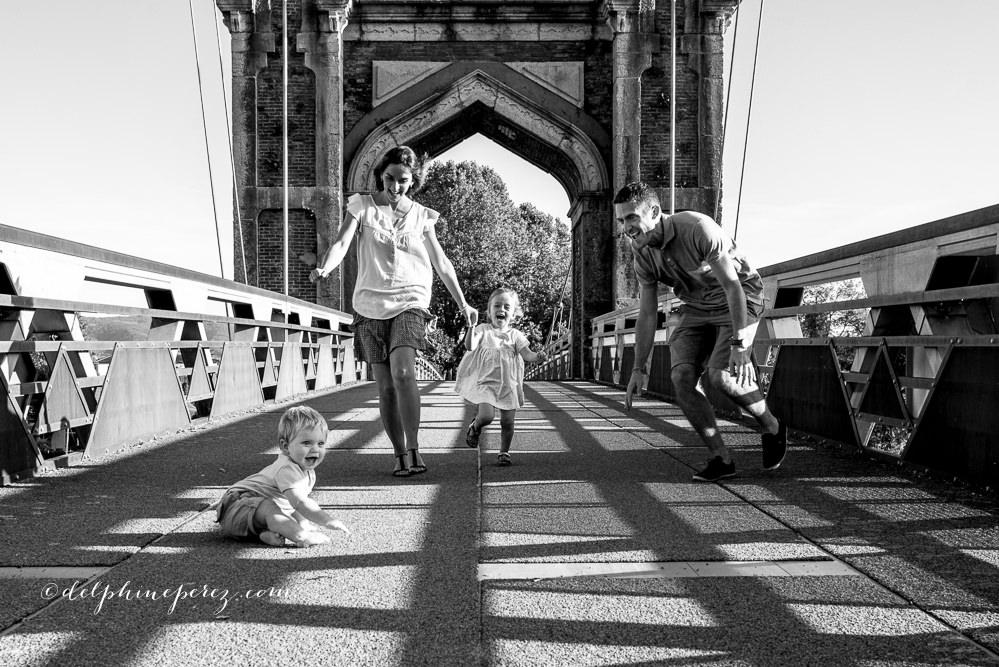 Rigolade en famille lors d'une séance photo famille lifestyle Villefranche Macon