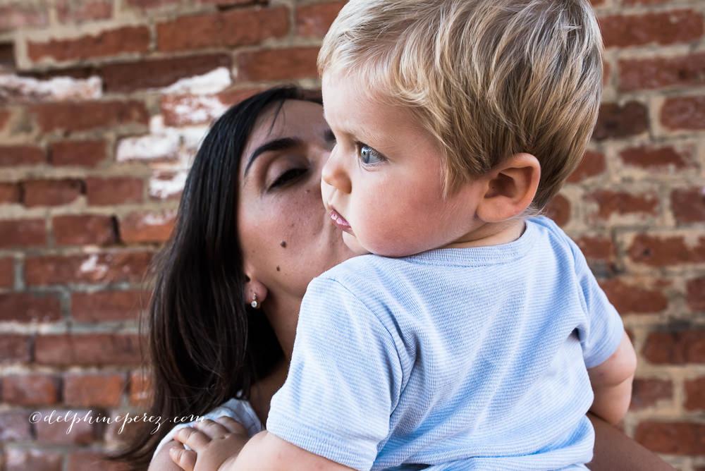 Mère embrassant son fils, Photo famille Macon