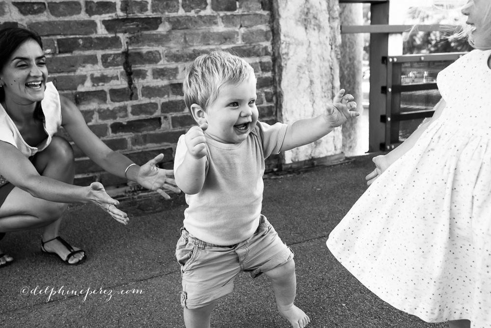 Photographe famille Mâcon, premiers pas bébé avec maman et sa soeur.
