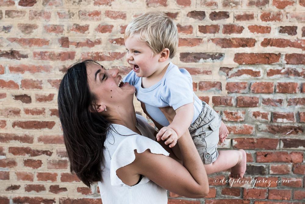 Mère et son fils sourires et joie. Séance photo famille Villefranche Mâcon