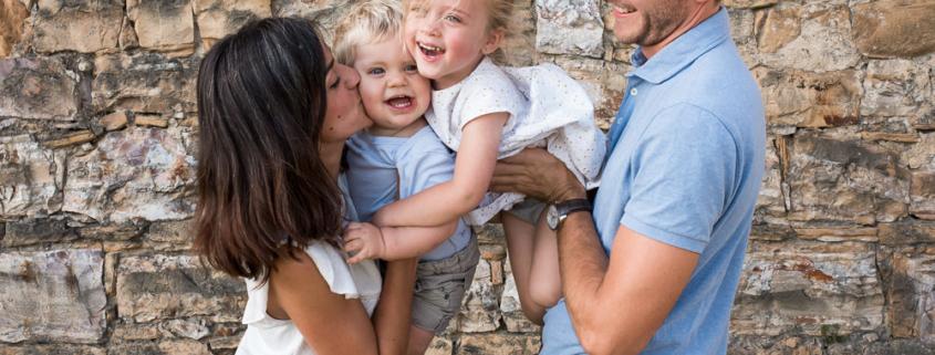 Papa, maman, fils et fille lors d'une séance photo famille à Lyon