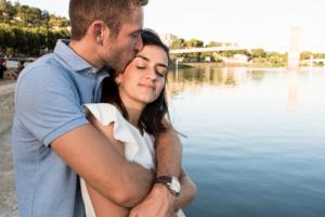 Couple amoureux et complice lors d'une séance photo en famille.