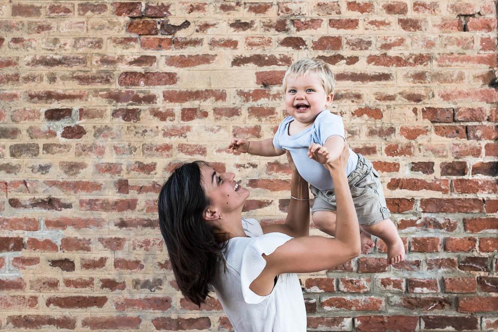 Complicité mère fils lors d'une séance photo enfant et famille à Lyon