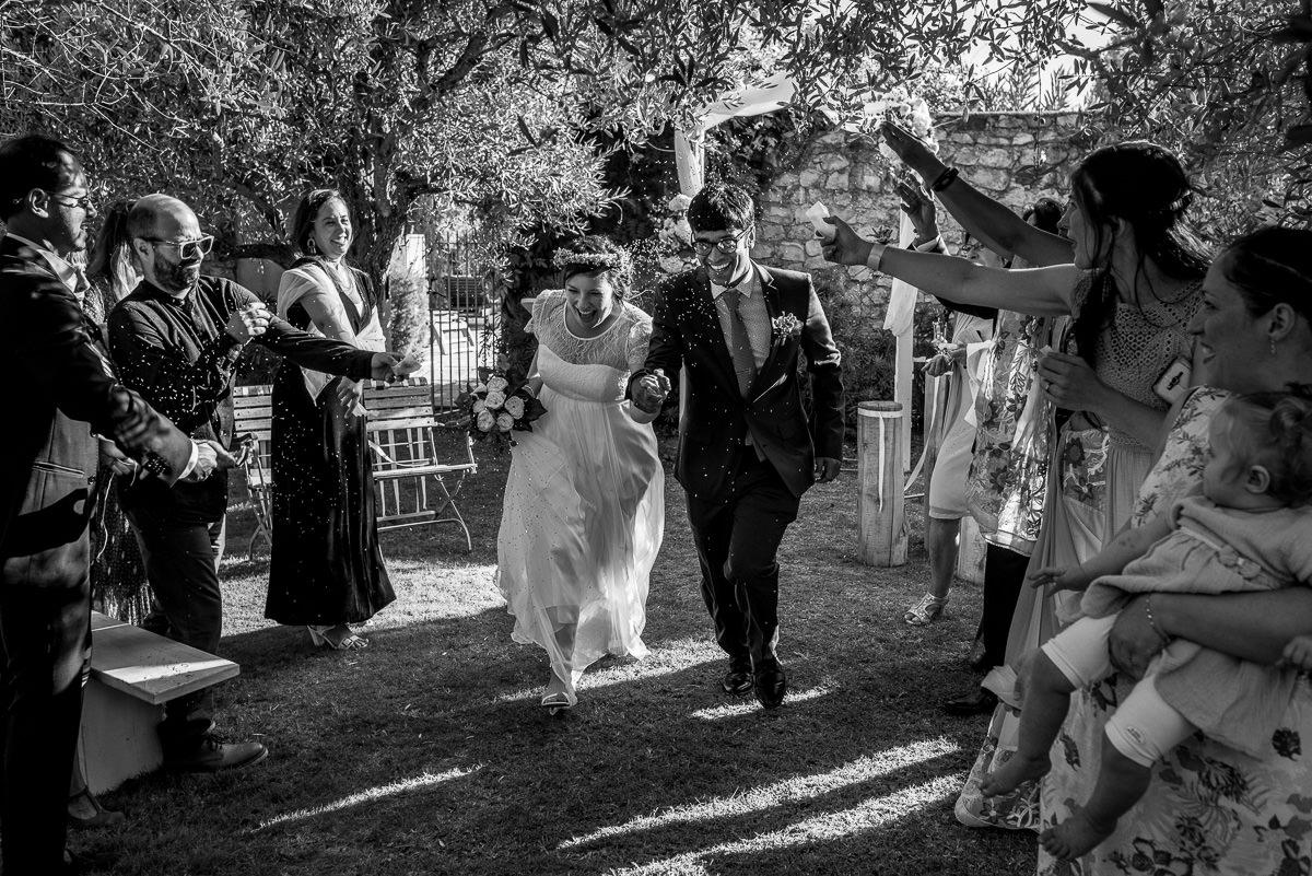 Photographe mariage Drôme Provençale, Jeunes Mariés heureux main dans la main par Delphine Perez