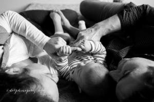 Famille heureuse avec bébé lors d'une séance photo avec Delphine Perez