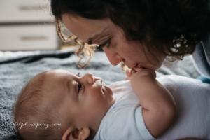 Complicité et amour maternelle avec bébé par Delphine Perez photographe.