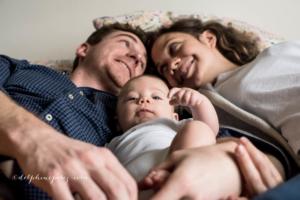 Famille heureuse avec bébé lors d'une séance photographique à Mâcon.