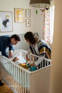 Complicité et douceur en famille avec bébé par Delphine Perez photographe.