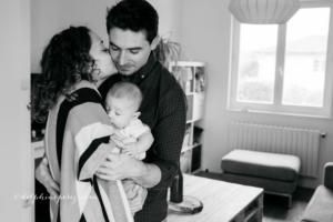 Famille heureuse avec bébé lors d'une séance lifestyle à Mâcon.