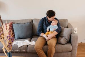 Père et son fils en séance photo bébé avec Delphine Perez photographe