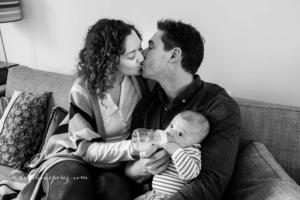 Photo bébé avec ses parents par Delphine Perez Photographe