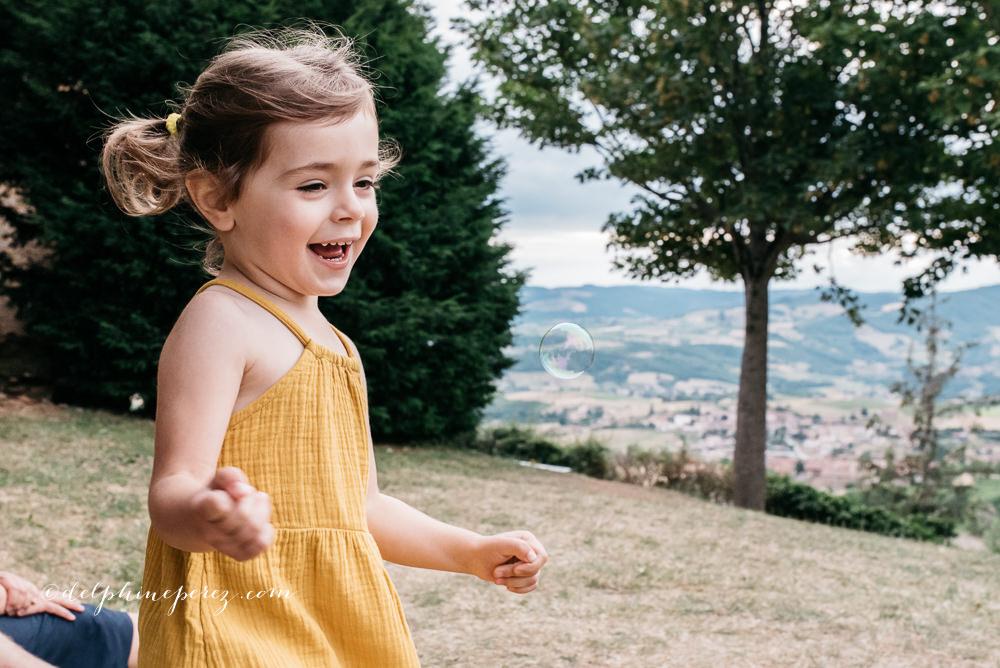Enfant lors d'une séance photo à Oingt dans le Beaujolais